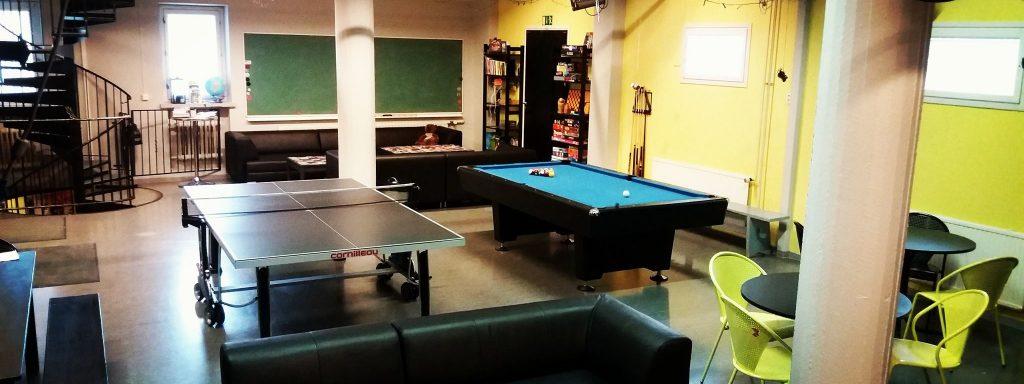 Nuorisokeskus Kipinän sisäkuvaa pelitilasta. Kuvassa biljardipöytä, pingispöytä ja oleskelutilaa.