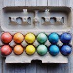 Kuvassa värikkäitä, itsemaalattuja pääsiäismunia.