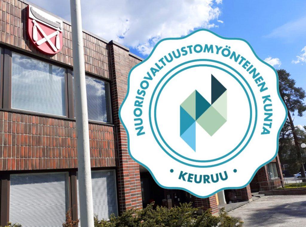 Keuruun kaupungintalon julkisivu ja Nuorisovaltuustomyönteinen kunta -sertifikaatin logo.